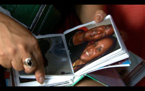 Tereza, mulher de Elson, me mostra foto do marido durante uma gravação para o Profissão Repórter
